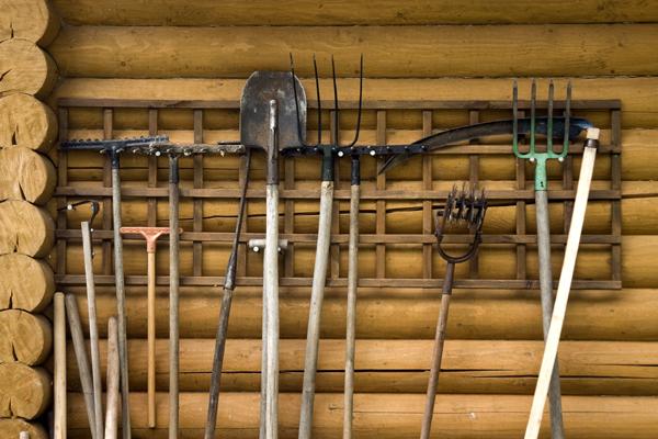хранение садового инструмента в сарае