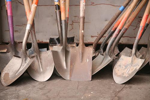 Выбираем лопату