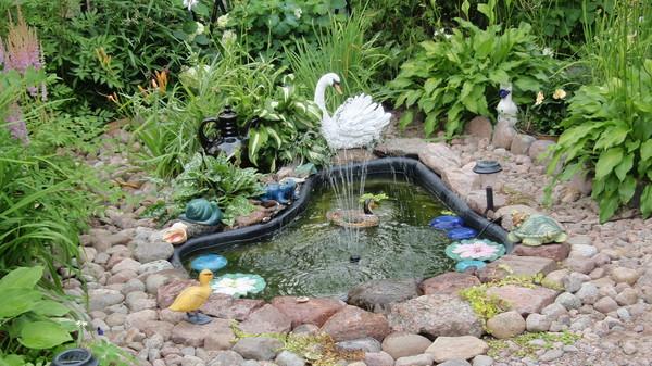Вариант декорирования маленького водоема на даче