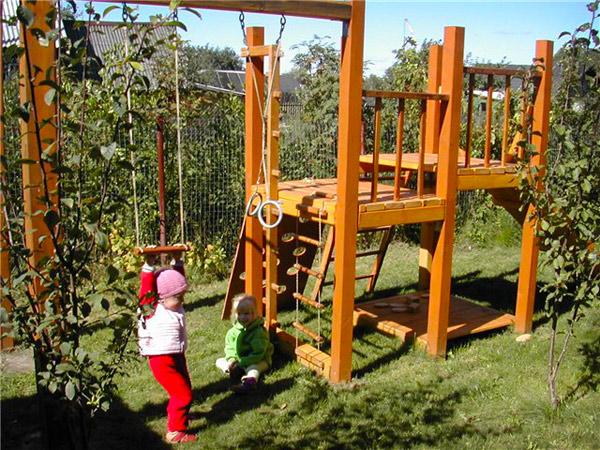 Как обустроить деревянную игровую площадку для детей на даче