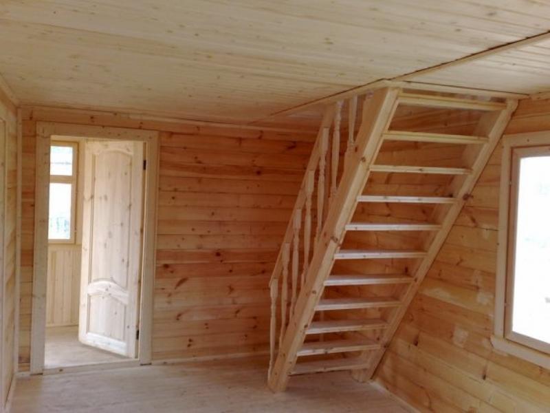 Лестница в доме на второй этаж своими