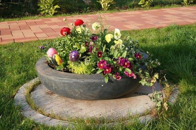 Крышки-клумбы для декора септика загородного дома