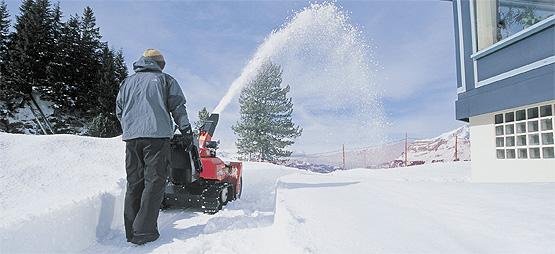 Уборка снега на даче: как сделать это качественно и быстро?
