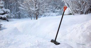 Уборка снега лопатой - как правильно чистить снег