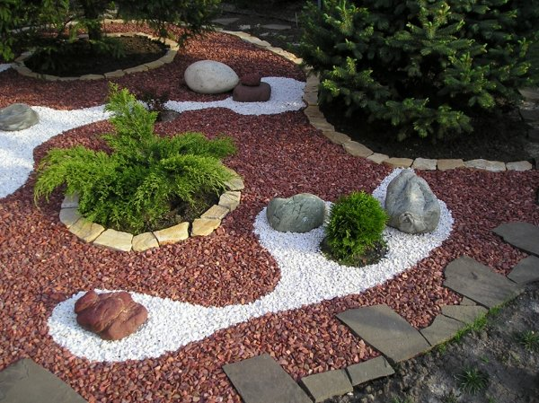 Декор клумбы на даче с помощью цветного щебня
