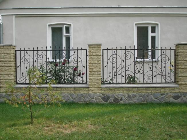 Комбинированный забор из кирпича и решётки из металла