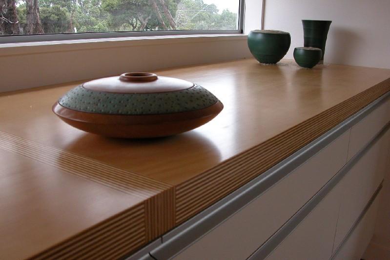 Подоконник из дерева как элемент интерьера