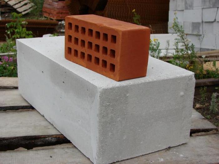 Кирпич или пеноблоки: из какого материала лучше построить дом