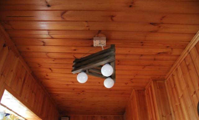 Оригинальная деревянная люстра для дачи