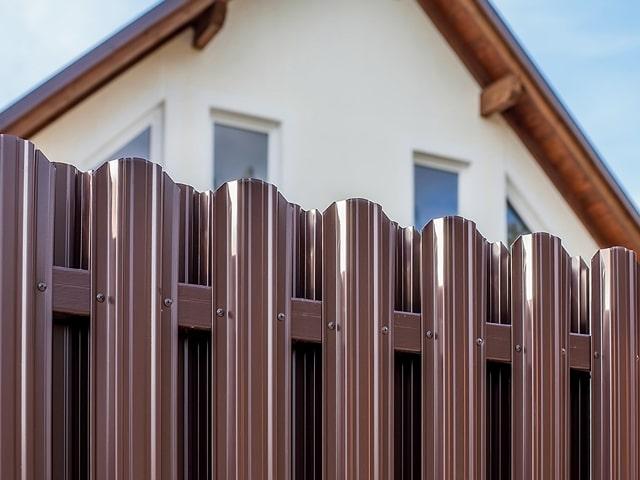 Какой забор выбрать для дома? Сравнение популярных вариантов